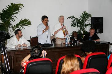 Podium in Havanna. Stehend: Wolfgang Gehrcke (re.) und Übersetzer
