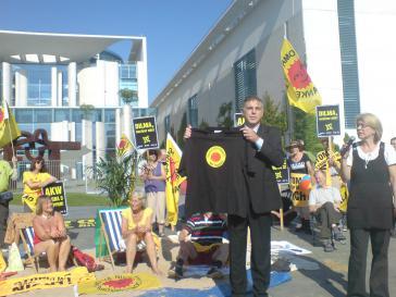 Demonstranten vor dem Bundeskanzleramt in Berlin