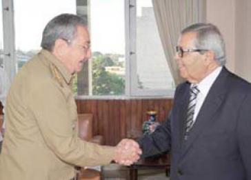 Raúl Castro mit libyschem Unterhändler