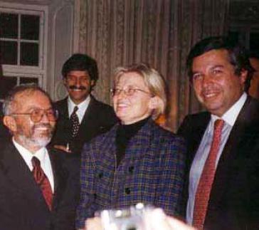 Zu Gesprächen im Februar 2000 in Stockholm: Raúl Reyes und Victor Ricardo, der Vertreter der Regierung Pastrana, mit der schwedischen Außenministerin Anna Lindh