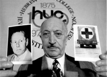 """Simon Wiesenthal mit Foto von Rauff und einem """"Vergasungswagen"""""""