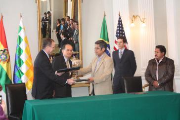 Der Geschäftsträger der US-Botschaftt John Creamer, Brasiliens Botschafter Marcel Biato und Boliviens Innenminister Wilfredo Chávez nach der Unterzeichnung des Abkommens