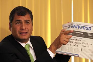Präsident Rafael Correa mit einer Ausgabe der Zeitung El Universo