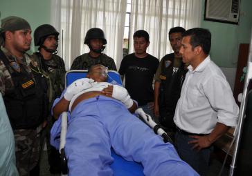 """Humala am Krankenbett des verhafteten Anführers des """"Leuchtenden Pfads"""""""