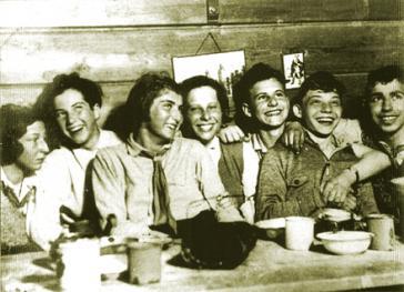 """Jugendbund """"Kameraden"""" im Winter 1930/31 (Ernesto Kroch zweiter von rechts) Foto: Autobiographie"""