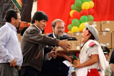 Evo Morales übergibt Computer an Lehrer