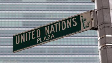 Straßenschild am Hauptsitz der UNO in New York