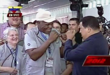 Danny Glover und Hugo Chávez am 7. Oktober im Wahllokal im 23 de Enero. Links von Glover eine weitere Teilnehmerin der internationalen Wahlbeobachtergruppe: Lucía Topolansky aus Uruguay, ehemalige Tupamara, heute Senatorin und Ehefrau von Päsident José Mujica