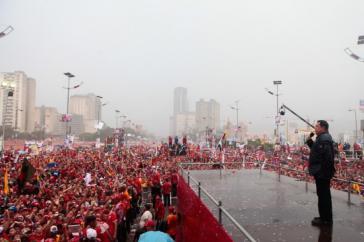 Hugo Chávez spricht in strömendem Regen zu seinen Anhängern