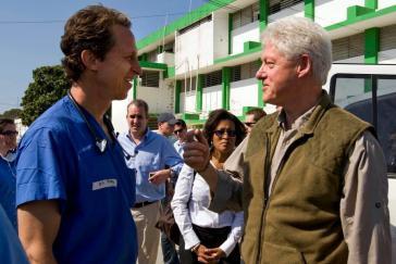 William J. Clinton, Spezialbeauftragter der Vereinigten Nationen, spricht im Januar 2012 mit Medizinern im General Hospital in Port-au-Prince, Haiti.