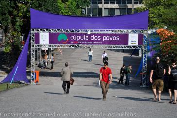 Eingang zum Veranstaltungsort des Gipfels der Völker