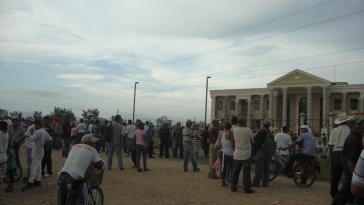 Aktivisten warten vor dem Justizgebäude in Tocoa auf die Freilassung der Gefangenen