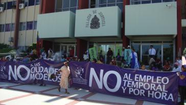 Gegner der Modellstädte auf der wöchentlichen Kundgebung vor dem obersten Gerichtshof