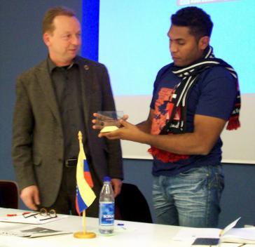 Felix Martínez übergibt Michael Erhardt im Frankfurter DGB-Haus eine Glasscheibe