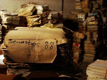 Aufgetürmte Unterlagen im Archiv