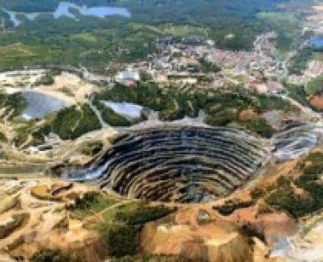 Luftbild eines mexikanischen Tagebaus