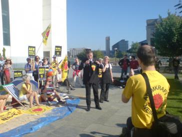 Protest gegen Hermeskredit vor dem Kanzleramt