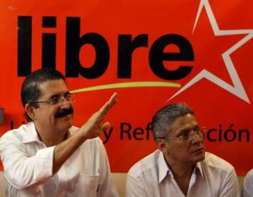Manuel Zelaya vor dem Symbol der neu gegründeten Partei LIBRE