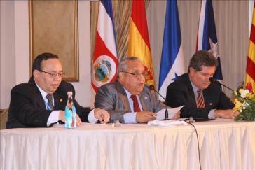 José Antonio Gutiérrez mit anderen Juristen Lateinamerikas