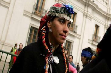 Angehörige der Mapuche-Volksgruppe