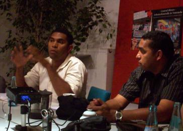 Felix Martínez (l.) und Paulo Cumaná (r.) bei ihrem Vortrag in Darmstadt