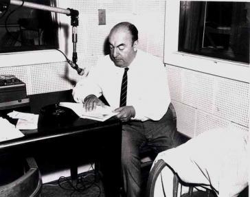 Pablo Neruda während einer Tonaufnahme 1966