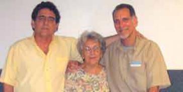 González (r.) mit Mutter und Bruder