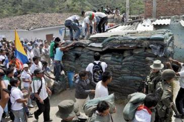 Abbau einer befestigten Stellung des kolumbianischen Militärs