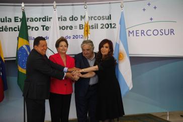 Feiern den Beitritt Venezuelas: die Präsidentinnen Rousseff und Fernández und die Präsidenten Mujica und Chávez