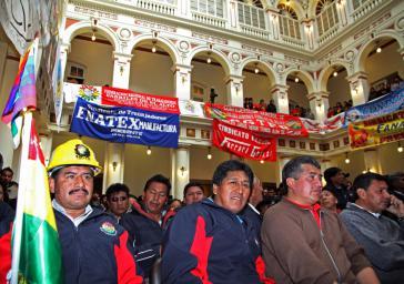 Arbeitervertreter bei der Feier am Montag im Regierungspalast