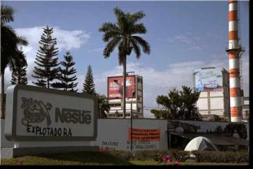 """Nestlé - Ausbeuter"": Fabrik von Nestlé in Bugalagrande"