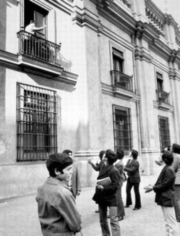 Am frühen Morgen des 11. September 1973: Allende auf dem Balkon des Präsidentenpalastes La Moneda