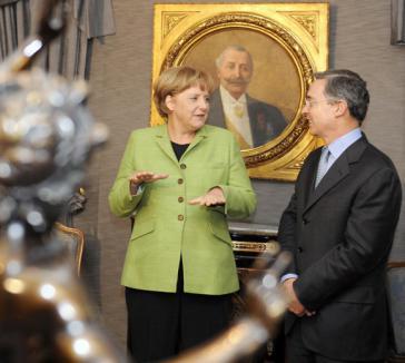 Angela Merkel traf 2008 mit dem damaligen kolumbianischen Präsidenten Àlvaro Uribe zusammen und lobte dessen Fortschritte bei den Menschenrechten