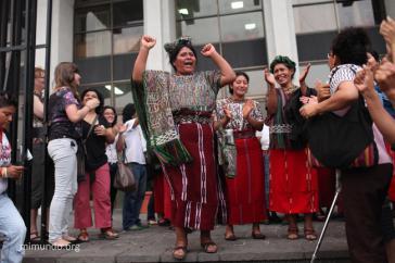 Frauen aus der Region Ixil feiern das Urteil gegen Ríos Montt