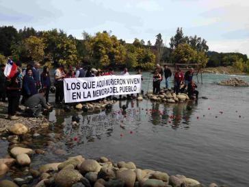 Gedenken am Perquilauquén-Fluss