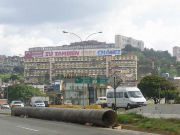 """""""Auch Du bist Chávez"""" - Transparent am Hang des Viertels 23 de Enero in Caracas"""