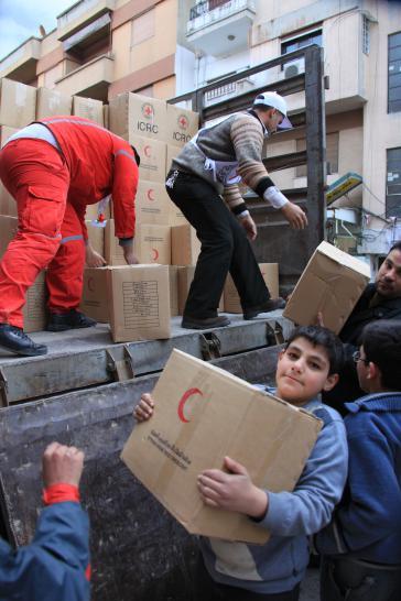 Freiwillige verteilen Lebensmittel in Al-Ghuta, Syrien