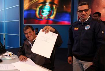 Präsident Rafael Correa unterzeichnet am 21. Juni 2013 das neue Mediengesetz