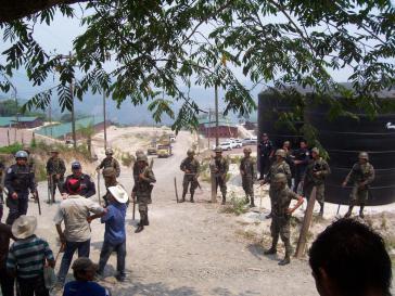 Polizisten und Soldaten bewachen das Gelände der Unternehmen DESA und SINOHYDRO