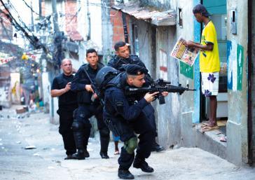 Militärpolizei beim Einsatz in einem Armenviertel