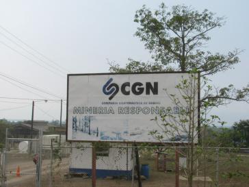 """Schild der CGN verkündet """"veratwortungsvollen Bergbau"""""""