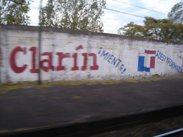 Clarín lügt! desinformiert! - Graffiti an einer Häuserwand in Buenos Aires. Die Clarín-Gruppe ist der finanzstärkste Medienkonzern Argentiniens