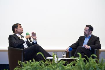 Rafael Correa im Gespräch mit Moderator Harald Neuber, Redakteur des Lateinamerika-Portals amerika21.de