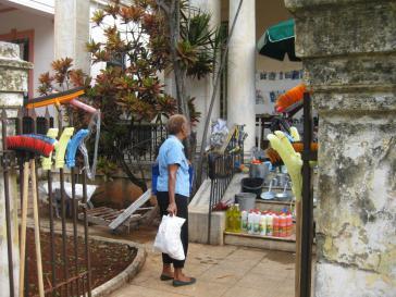 Privatverkauf von Putz-Utensilien in einem Hauseingang in Havanna