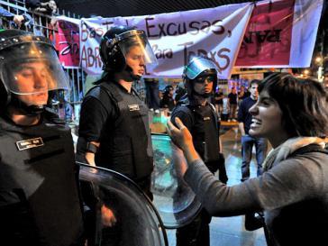 Die Stadtpolizei versperrt den Aktivisten vor der Räumung der Zugang zu dem Kulturprojekt