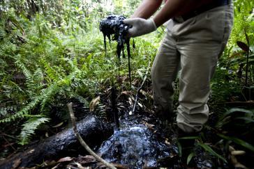 Von Chevron-Texaco hinterlassen: Öl im Amazonas