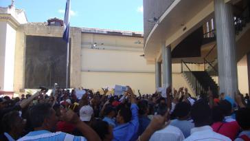 Proteste vor dem Kongressgebäude gegen den Ausverkauf des Landes