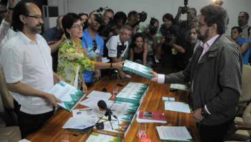 UN-Vertreterin Olga Virginia González Reyes und Marcos Alberto Romero Silva von der Universität Bogotá mit der FARC-Delegation in Havanna