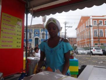 """Eine junge Mulattin verkauft """"Acarajé"""", ein für die nordostbrasilianische Stadt Salvador de Bahía typisches Sandwich"""
