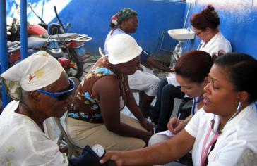 Vielen haitianischen Frauen wird zum ersten Mal der Blutdruck gemessen. Hier eine kubanische Ärztebrigade in einem mobilen medizinischen Versorgungsposten auf dem Salomon-Markt in Port-au-Prince.